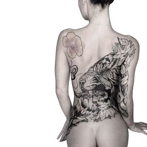 Finished this lady's back piece at @dallastattooexpo . Back piece tattoo don't have to be only your back but can be the back of your body 😉 think bigger dream bigger 😉 - Model: @miss.bettyloufox Sponsor: @kingfocustattoo Guest spot in Oregon at :@26swordstattoo 11/26 - - #tiger #tigertattoo #girlswithtattoos #tattoomodels #blackwork #backpiece #backtattoo #oregontattoo #oregon #grantspassoregon #grantspasstattooartist #oregontattoo #26swordstattoo @ Dallas, Texas