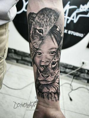 🦁🐱Una linda representación de su hija 👨👧 Me gustó realizar este tatuaje , algo bastante original😊  •6 horas , una sola sesión. #sombrastattoo #cachorrotattoo #realismosombrastattoo #realismotattoo #DonovanTattoos #tatuadorestunja #tunjatattoo #tatuajestunja