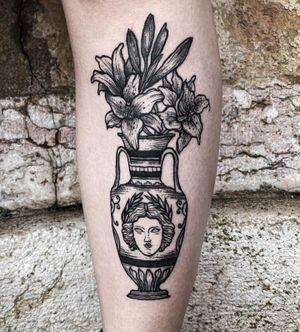 ✺ Auto tattoo ✺ Vaso grego, uma das peças da série de vasinhos 🖤 . . . #selftattoo #vasetattoo #autotatto #tattoolisbon  #engravingtattoo #tattooaprentice #engravingstylle #etchingstyle #tattoo2me #etching #tattooartist