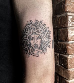 ✺ Medusa ✺ Adorei fazer! Obrigada pela confiança, Marcelo ✨ . . . #medusatattoo #medusa #mitology #tattooapprentice #tattoolisboa #tattoo #engravingtattoo #engravingstylle #organictattoo #tattoo2me #tattooinspiration #tattooink #tattooartist #drawing #engraving #drawhandmade #tattoolisbon