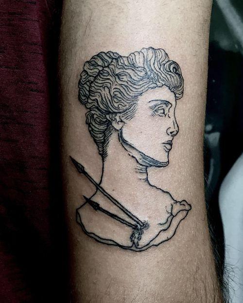 ✺ Artemísia / Deusa Diana ✺ Filha de Zeus. Deusa da caça, da vida selvagem, da Lua e da magia. Muito obrigada pela confiança, André! . . . #artemis #artemisia #artemisiatattoo #deusadiana #tattooapprentice #tattoolisboa #tattoo #engravingtattoo #engravingstylle #mitologytattoo #tattoo2me #tattooinspiration #tattooink #tattooartist #drawing #engraving #drawhandmade #mitologiagrega #tattoolisboa