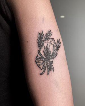 ✺ Cristal ✺ . . . #cristaltattoo #cristal #witchtattoo #magictattoo #tattooapprentice #tattoolisboa #tattoo #engravingtattoo #engravingstylle #organictattoo #tattoo2me #tattooinspiration #tattooink #tattooartist #drawing #engraving #drawhandmade #tattoolisbon #lisbontattoo #lisbonart
