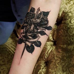 A sword and roses, 2020, Seoul #영국타투 #uktattoo #ukart #uktta #londontattoo #birminghamtattoo #middlesbroughtattoo #darkornaments #darkartists #blackworkers #blacktattooart #blackworktattoos #btattooing #blxckink #blacktattoos #thedarkestwork #onlyblackart #onlythedarkest #blackworkersubmission #tattoowork #tttism #blkttt #rosetattoo #swordtattoo #artinkpaint #ink_bw #blackworknow #sketchandart #tattooideas #flashwork
