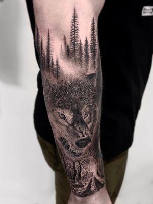 Sleeve in progress 🖤IG: @yleniaattard #wolftattoo #sleeveinprofress #blackandgrey #maletattoo