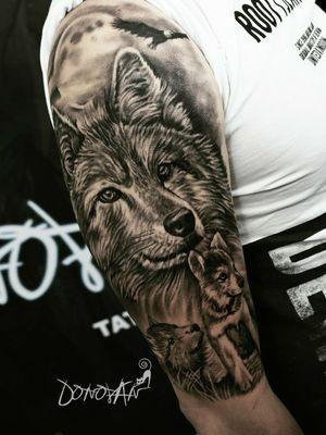 Familia de lobos 🐺 ❤ -Diseño personalizado 2 sesiones , 2 días , 10 horas Citas disponibles 📩 Tunja WhatsApp 311 293 93 61 ✅ • • #realism #realismtattoo #lobo #tattoo #animals #relistictattoo #tunja #DonovanTattoos #tunjatattoo #tatuajes #tattooartist