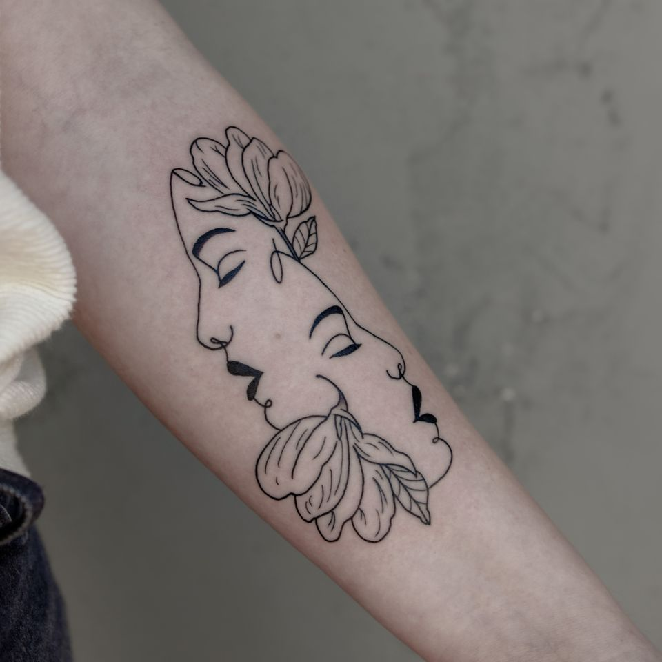 Floral portrait tattoo by Migdy #Migdy #illustrative #linework #fineline #blackwork #flower #floral #portrait #ladyhead #lady