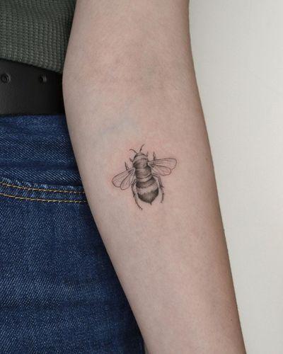 Little bumble bee 🐝 #finelinetattoos #bees #bumblebee #summer #black&grey #fineline #nyctattoos