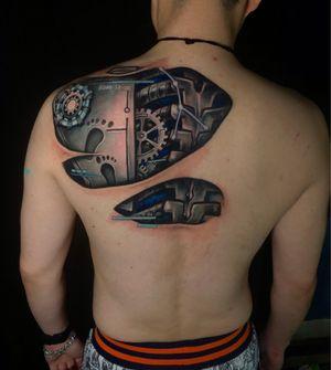 Cover up  Done with @kurosumitattooink @kurosumitattooinkchina  遮盖,根据人体骨骼做的机械设计,面板应对肩胛骨,管子应对后肋骨机械脊椎正对应人体脊椎位置,脚印代表了顾客的孩子。 #tattooideas #tattoodesign #cyberpunk #cybertattoo #cyberpunktattoo #machinetattoo #3dtattoo #chongqing #beijing #shanghai