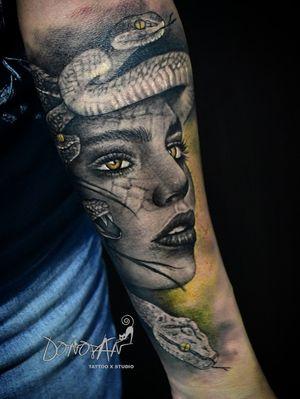MEDUSA 🐍👁 En la mitología griega era un monstruo femenino que convertía en piedra a aquellos que la miraban fijamente a los ojos. 😱🤯 Su particularidad más grande es su cabello convertido en serpientes 🐍💇♀️ @donovan_tattoos Citas al 311-293-9361 📥 #medusa #mitologiagriega #serpientes #arte #tattoo #tunja #tatuajestunja #tatuajesentunja #tatuadorestunja