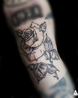 #ericskavinsktattoo #RoseTattoos #rosetattoo #tattoorosa #flowertattoo #tattooflor #tattoorosa #lineworktattoo #linework #linhas #blackworktattoo #blackwork #hachuras #hachura