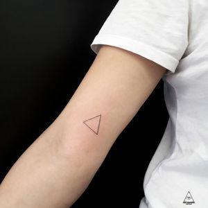 Aqueles 20 minutos de pura tensão. Contato: 55 11 9.9377-6985 E-mail: ericskavinsk@gmail.com Instagram: @skavinsk . . #ericskavinsktattoo #triangulo #tattootriangulo #geometrictattoos #tattoogeometrica #finelinetattoo #linhastattoo #lineworktattoo hardtattoo #triangulo #inked #tatuadorbrasileiro #tatuagem