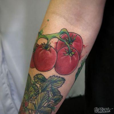 Tomatinhos! Esse bracinho ta sendo fechado com varios legumes, verduras e frutas, e são do Bruno DDD, aqui do House of Musta! Muito obrigada pela confiança de sempre. #tattoo #tattoodo #ink #inked #inkedgirl #neotraditionaltattoo #neotraditional #neotraditionaltattoos #neotrad #tomato #Tomatoes #veggies #veggietattoo #vegantattoo #vegetable #color #colortattoo #colored #coloredtattoo #inkedmag #inkedmagazine