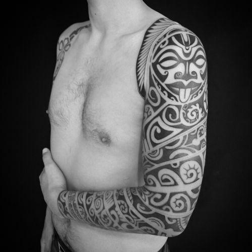 Full sleeve with polynesian  references. #kingtattoostudio #kingtattoobrasil #fabioking #brztattoers #electricink #familiaelectr #proteam #jundiai #brazil #tatuagemmaori #polynesiantattoo #samoantattoo #maoritattoo #tribaltattoo