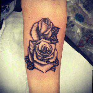 #rosestattoo #roses #blackandgrey #blackwork #blackworktattoo #tattoodo #femaletattooartist #ink #rj #brazil #aquilatattoo #carolinahelenaart