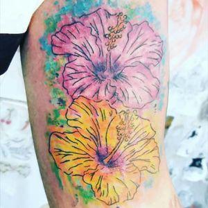 #Watercolortattoo #hibiscus #hibiscustattoo #flowers #flowertattoi #inked #famelatattooartist #rj #braziliantattoo #aquilatattoo #carolinahelenaart