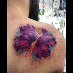 #hibiscus #hibiscustattoo #hibisco #hibiscusflower #flowertattoo #watercolortattoo #colortattoo #famelatattooartist #tattoorj #hibiscoroxo #aquarela #tattooart #tattooaquarela #aquilatattoo #carolinahelenaart
