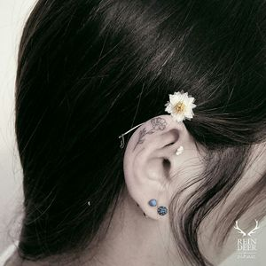 By #zihwa zihwa_tattooer #flower #minimalist  #linework #daisy