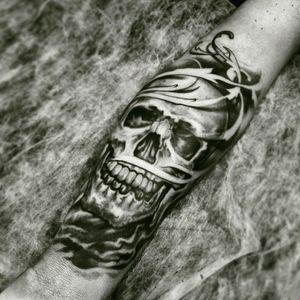 Skull tattoo by brazilian artist @dallier #skull #caveira #pretoecinza #blackandgrey #TatuadoresDoBrasil