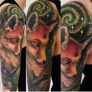 I love foxes! And galaxy themes! Tattoo by Miryam Lumpini