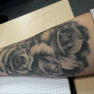 #roses #tattooaddict #inked #threeroses #formyfamily #arm_tattoo #inprogress #realistic #realisticflowertattoo #Daaamn #L4L #SnowWhitetattoodo