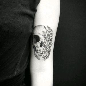 By #ThomasEckeard #skull #flower #rose #skulltattoo