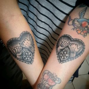 Best friends #traditional_tattoos #traditionaltattoo #tattoo #oldschooltattoo #classictattoo #blackwork #blacktattoo #blacklinesmatter #frienship #bestfriends #promise #amistad #tatuajes #manos #heart #corazon #sebasciurca #boldwillhold