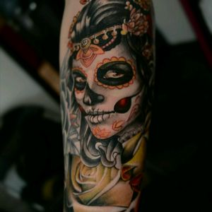 Day of the dead #yarotattoo #oldiebutgoodie #tattoo #realistictattoo #dayofthedead #muerte #girl #oldschooltattoo #rosetattoo #roses #red #skull #tattoogirl