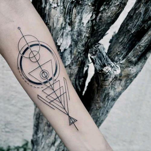 Amazing tattoo by brazilian artist @Raphaellopes ! #fineline #geometric #geometria