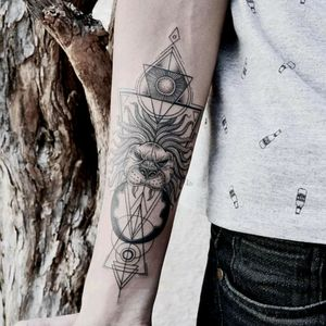 Amazing tattoo by brazilian artist @Raphaellopes ! #fineline #mandala #geometric #geometria #leao #lion
