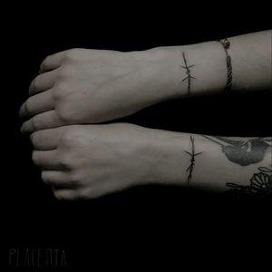 Hand poke by Silvia Placenta #silviaplacenta #handpoke #stickandpoke #blackwork #barbedwire #milanotattoo