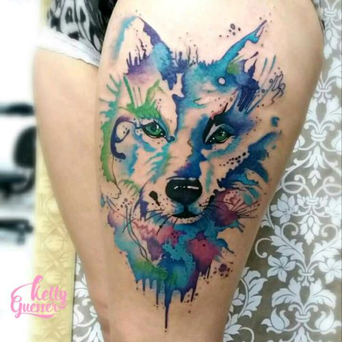 Wolf.. #watercolor #watercolortattoo #tattooaquarela #kellyguesser #tatuagensfemininas #tatuagensdelicadas #tatuadora #tatuadoresdobrasil #aquarela #tatuagemaquarela #wolfwatercolor #wolftattoo