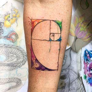 #geometrictattoo #retanguloaureo #Fibonaccispiral #fibonacci #femaletattooartist #Aquilatattoo #carolinahelenaart #watercolortattoos #femaletattooartist #tattoorj #Tattoobrazil #colortattoo #tattooaquarela