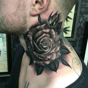 Awesome rose tattoo by Justin Burnout! #rose #rosa #realism #realismo #blackandgreytattoos #pretoecinza #JustinBurnout
