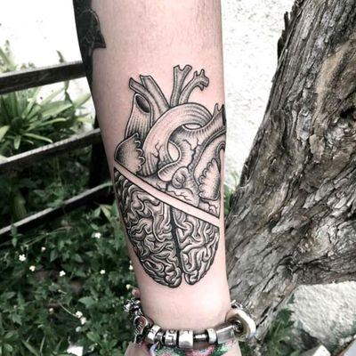 Reason or emotion? By brazilian artist @Raphaellopes #fineline #brain #cerebro #coração #heart #blackwork #pontilhismo #dotwork #tatuadoresdobrasil #RaphaelLopes