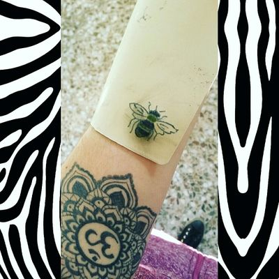 🐝Bee Tattoo🐝 Im learning yet^^ #tete #apprenticetattoo #tattoo #tattoos #bee #personal #ink #om #budishm #cute #abeja