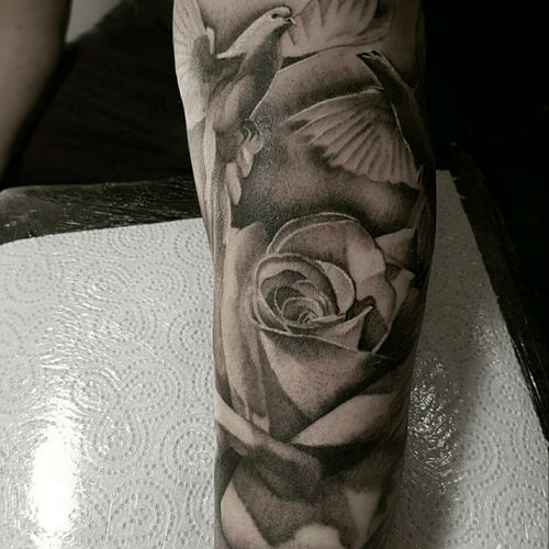 #yarotattoo #tattoo #realistictattoo #dove #doves #halfsleevetattoo #blackandwhite #rose #roses