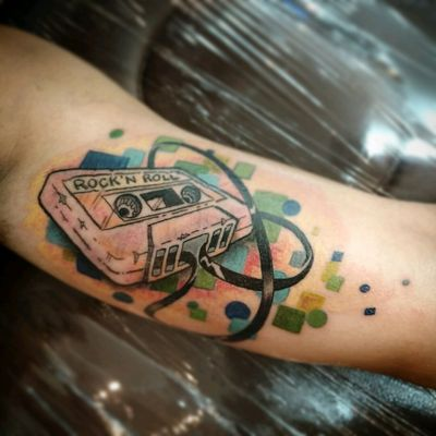 Rock'n Roll 🤘🤘🤘 Adaptado de uma ref da web. Valeu pela confiança mais uma vez!!!! #rocknroll #rock #newschooltattoo #tattoo2me #tatouage #tonoinsptattoos #tattoodo #tatuaje #tattoobrasil #inspirationtatto #tattooed #tattooart #tattooartist #tattooflash #tattooist #inked #inkedup #tatts #inkedlife #inkedlifestyle #inkaddict #instagood #taot #theartoftattoos