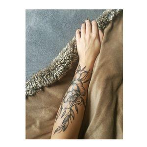 #arm #leftarm #flower #flowers #tattoo #scars #picture #likeforlike #girl #girls #newtattoo #like4like #pointilism #shadows