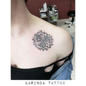 Triskele 🍃 Instagram: @karincatattoo #triskele #tattoo #triskeletattoo #collarbone #collarbonetattoo #girltattoo #womantattoo #leaftattoo #nature #flowertattoo #istanbul #dövme #tattooartist #karincatattoo