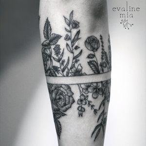 Botanical armband tattoo 3/3 🌙 • #tattoo #tattooartist #linework #blackworkersubmission #darkartist #floral #botanic #vegan #vegantattoo #blxckink #skinartmag #tattoopins #tattrx #equilattera #btattooing #darkartist