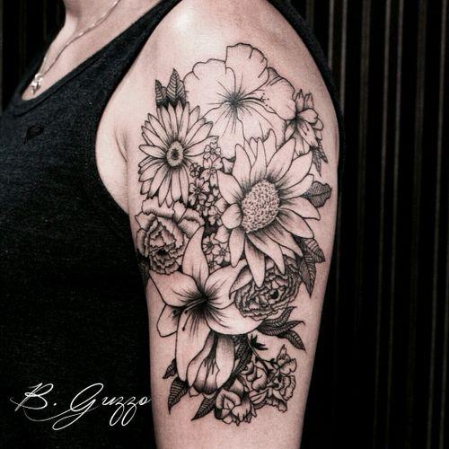 Beautiful floral piece by Bruna Guzzo #flores #flowers #floral #botanical #fineline #cute #TatuadorasDoBrasil #BrunaGuzzo
