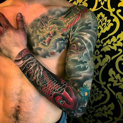 Amazing oriental sleeve made by @adaorosatattoo in your tattoo shop in Roma. Italy #oriental #fechamento #sleeve #colorida #colorful #tatuadoresdobrasil #carpa #koifish #Dragão #dragon #adaorosa