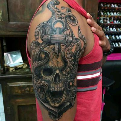 Amazing composition by @sulieepepper #octopus #polvo #ancora #anchor #caveira #skull #pretoecinza #blackandgrey #sea #mar #mitologia #mithology #TatuadorasDoBrasil #SulieePepper
