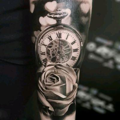 Awesome piece by Denis Torikashvili #relogio #watch #relogioantigo #flor #flower #pretoecinza #blackandgrey #realismo #realism #DenisTorkshavili #tattoodo #TattoodoApp #tattoodoBR