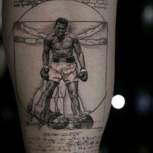 Muhammad Ali by Niki Norberg #tattoodo #TattoodoApp #tattoodoBR #MuhammadAli #boxe #esporte #sport #homemvitruviano #vitruvianman #pretoecinza #blackandgrey #NikiNorberg