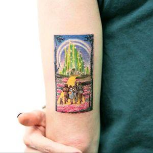 #tattoo #scenery #detail #realistic #realism #new #original #details #tattooed #tattoos #inked #ink #art #tattooart #nature #tattoodo #colorful #color #unbelivable #new #megandreamtattoo #story #brasil #wizard #wizardofoz #yellowbrickroad #fairytale #wizardtattoo #thewizardofoz #tiny #micro #microtattoo
