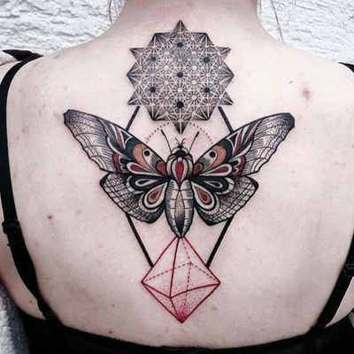 Geometry with moth by Jessica Startvit #tattoodo #TattoodoApp #tattoodoBR #mariposa #moth #geometria #geometry #colorida #colorful #JessicaStartvit #pontilhismo #dotwork