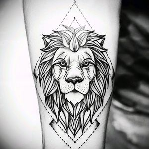 Tattoo geometric lion of beautiful fine line simple and efficient everything that one likes #lion #geometric