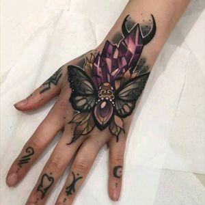 Hand tattoo by Olie Siiz #tattoodo #TattoodoApp #tattoodoBR #cristal #crystal #colorida #colorful #borboleta #butterfly #OlieSiiz