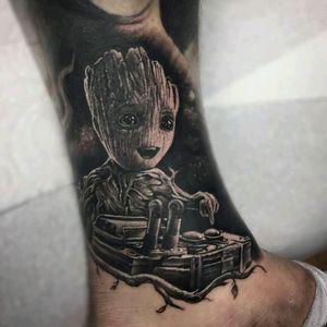Groot by Ash Lewis Tatt #tattoodo #TattoodoApp #tattoodoBR #realismo #realism #groot #pretoecinza #blackandgrey #filme #movie #AshLewisTatt